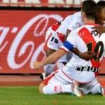 Abrazo de Lass y Piti en el gol del Rayo