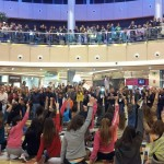 El público votando por el grupo y alzando las manos