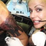 Rebeka y uno de sus tatuajes