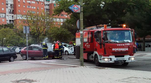 Incendio de un vehículo en medio de la calle San Claudio
