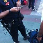 Agentes pidiendo la documentación al cámara de la 6ª Sexta