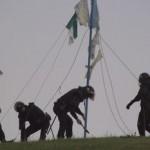 Policías desmantelando el monumento de la acampada