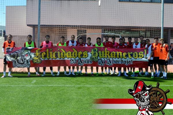 Jugadores del club apoyando a los Bukaneros