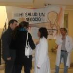 Vecinos informándose y consultando a los médicos