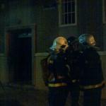 Dotación de bomberos en la entrada del edificio