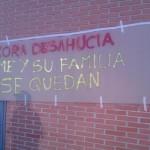 Cartel en la fachada del edificio - Foto @VecinosdelPozo