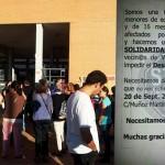 Vecinos congregados en la entrada - Foto: @ignaciobenitop