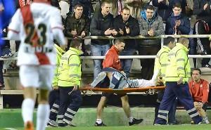 Perea es sacado del terreno en camilla tras un esguince