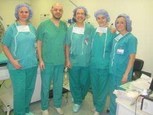 De izquierda a derecha figuran: Milagros Cuesta (Auxiliar de Enfermería), Dr. David Vaqueriza (cardiólogo), Delia Heredero (Enfermera), Celia Hijosa (Enfermera) y Lucía Pérez (Enfermera) del Infanta Leonor