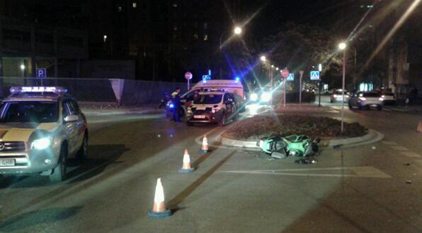 Joven herido muy grave tras colisionar su moto con un turismo en la calle Rafael Alberti