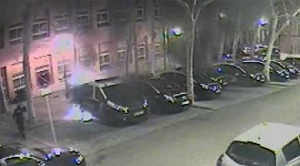 Tres jóvenes detenidos por quemar coches patrulla en Puente de Vallecas