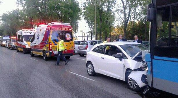 Un turismo que circulaba en sentido contrario choca con un autobús en Santa Eugenia