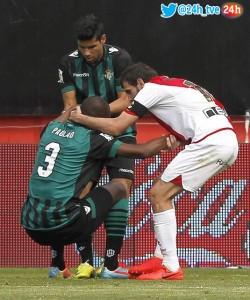 Trashorras consuela al defensa Paulau del Betis tras meter un gol en propia puerta y pedir el cambio. Foto: 24h