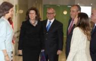 La Reina Sofía visita el Centro Alzheimer de Vallecas junto a la presidenta de Champalimaud