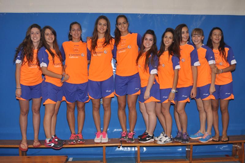 Cristina del Baño (cuarta por la izquierda) junto con otras compañeras de club vallecano
