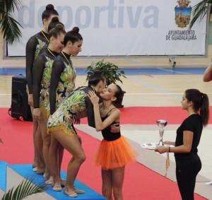 Alba Polo entregaba a sus compañeras de Senior y de Primera las medallas logradas en el certamen