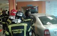 Un vehículo se empotra contra la entrada del Hospital Virgen de la Torre de Vallecas