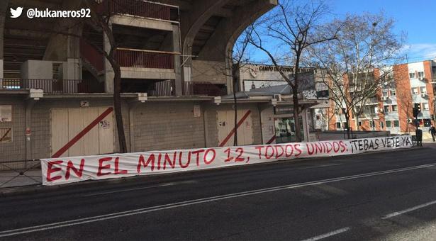 Pancartas en los aledaños al estadio