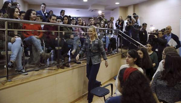 La delegada del gobierno Cristina Cifuentes en el Colegio Gredos de Vallecas