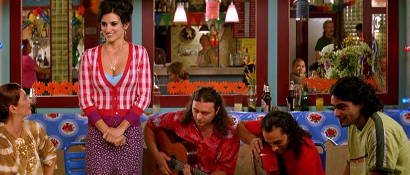La Raimunda (Penélope Cruz) se dispone a cantar en Volver