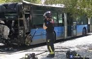 Incendio de un autobús cerca del metro de Miguel Hernández