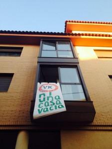 """Pancarta con el lema """"Ni una casa Vacía"""""""