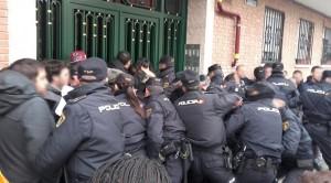 Carga policial en la entrada del inmueble