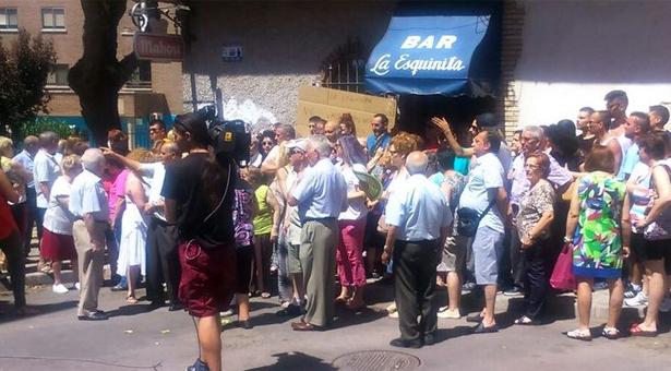 Una concentración vecinal frena el desahucio del Bar 'La Esquinita' en Vallecas