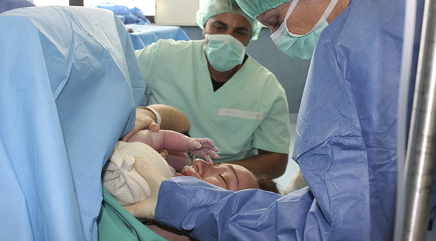 El Hospital Infanta Leonor permite el contacto 'piel con piel' en los partos por cesárea