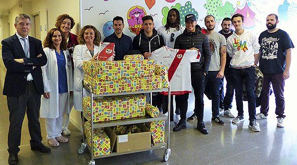 El Rayo Vallecano visita a los niños ingresados en el Hospital Infanta Leonor y el Hospital Gregorio Marañón