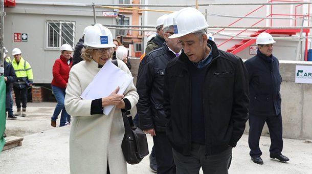 La alcaldesa visita varias promociones de la EMVS en construcción y la Casa del Empleo en Puente de Vallecas