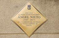 Homenaje a Ángel Nieto con una placa conmemorativa en la calle donde vivió en su juventud