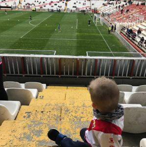 Iker en la grada del Estadio de Vallecas