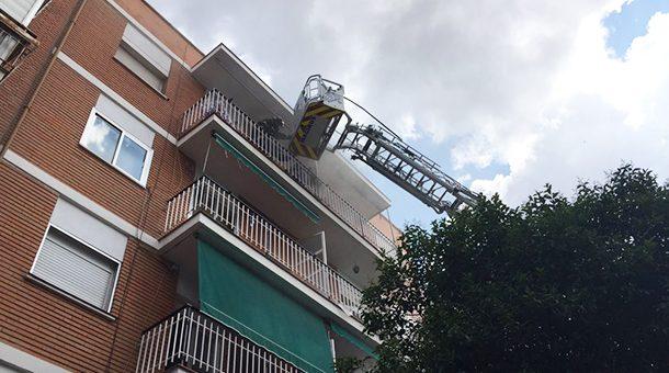 Aparatoso incendio en un bloque de viviendas de Entrevías