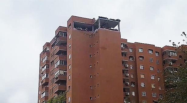 Fuerte explosión por escape de gas arrasa la última planta de un inmueble en Vallecas